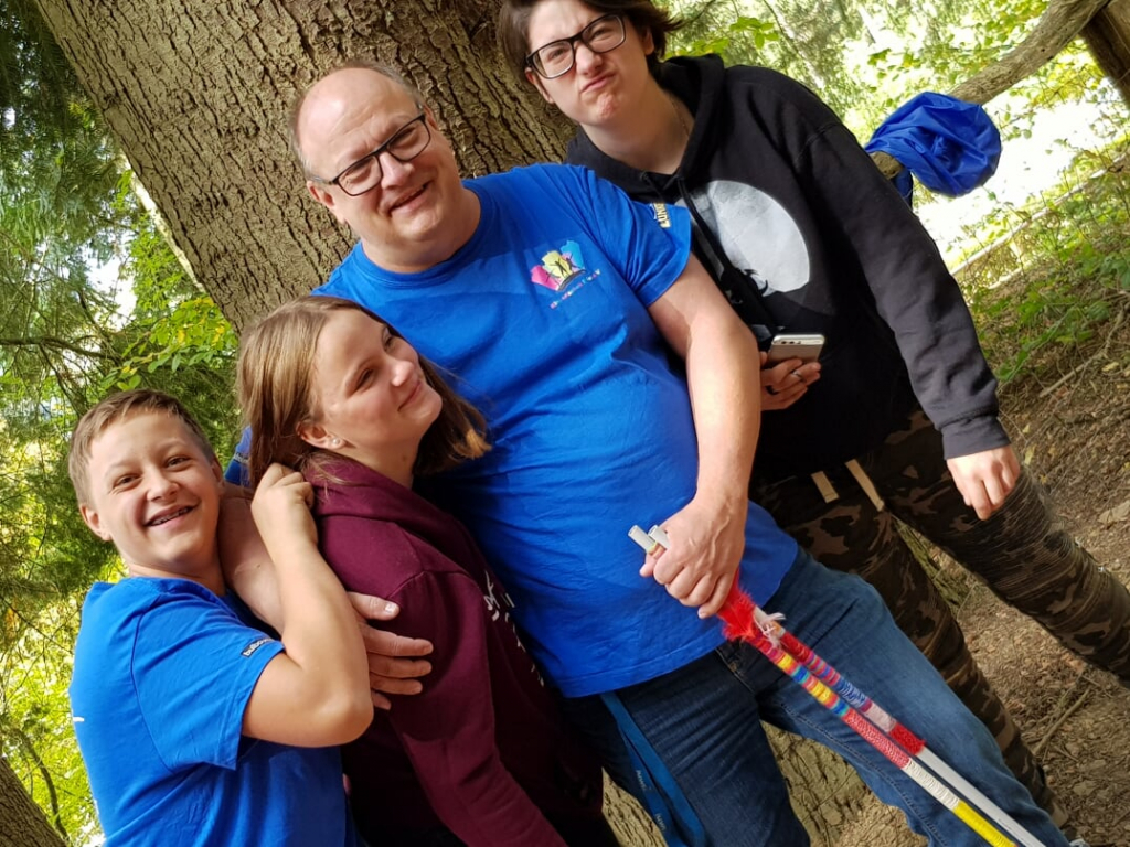Kinder und Betreuer im Feriencamp