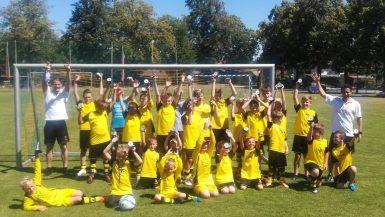 international-fussballcamp-dresden-team-jubeln