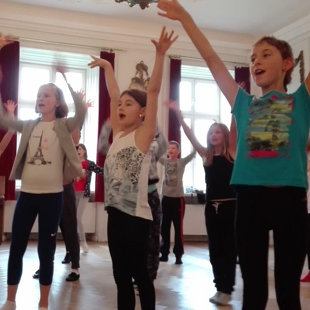 musical-camp-arme-hoch