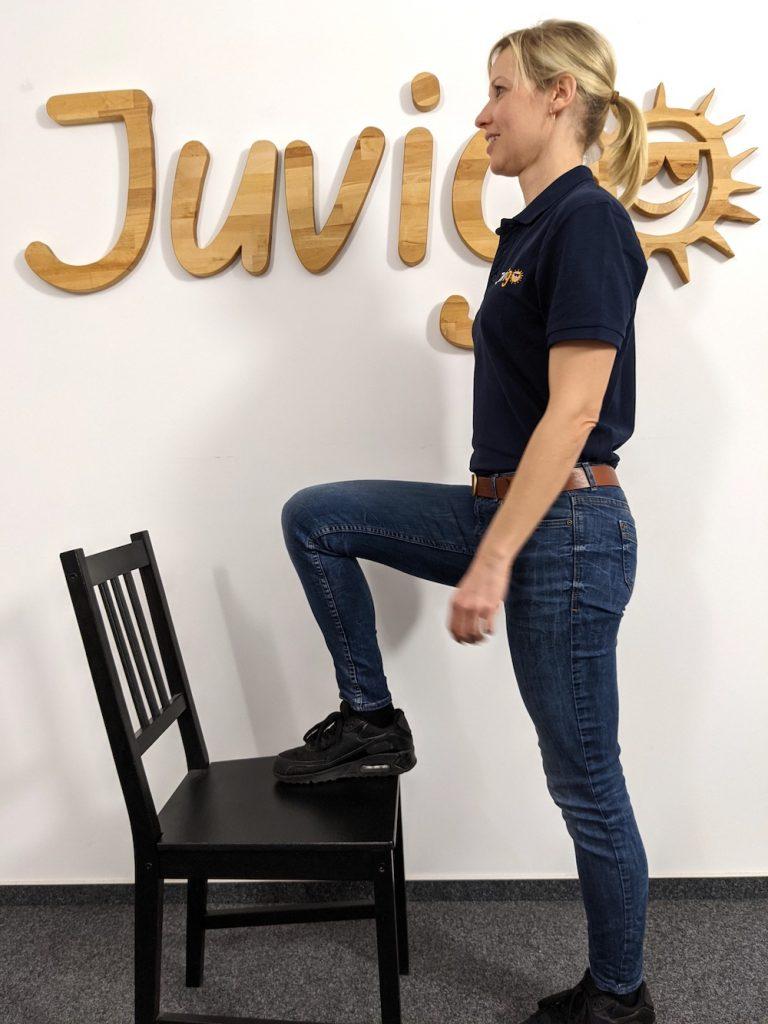 08_Auf den Stuhl steigen-Juvigo-Homeschooling